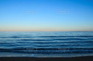 夕暮れ時の海の写真・画像素材[4054660]