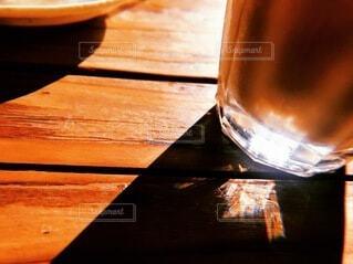 木の表面にガラスを閉じるの写真・画像素材[4054644]