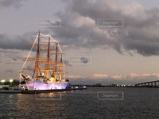 船と橋と雪山の写真・画像素材[4563140]