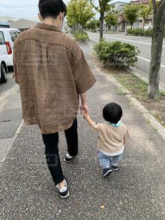 パパと手を繋いでお散歩の写真・画像素材[4066401]
