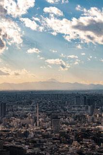 都会の空に浮かぶ富士山の写真・画像素材[4056963]