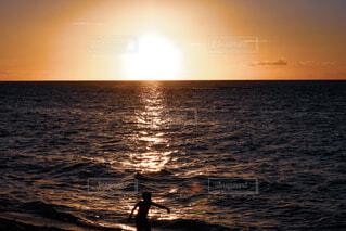 水平線に沈む夕日の写真・画像素材[4062437]