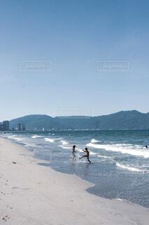 ビーチで遊ぶベトナムの子供達の写真・画像素材[4077947]