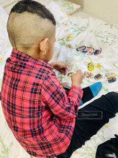 ベッドの上でくつろぐ男の子の写真・画像素材[4145650]