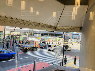 朝の渋谷の交差点の写真・画像素材[4245345]