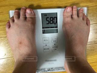 体重計で58キロだった時の写真の写真・画像素材[2366191]