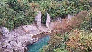 岩の崖の上の大きな滝の写真・画像素材[4204535]