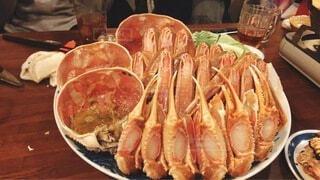 食べ物の皿をテーブルの上に置くの写真・画像素材[4060772]