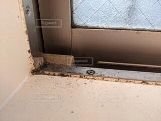 カビで汚れた窓周りの写真・画像素材[4073959]