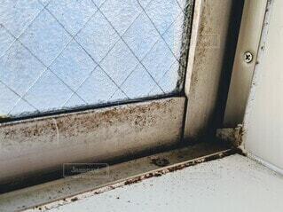 カビが繁殖した浴室の窓の写真・画像素材[4178886]