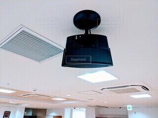 天井に取り付けられたスピーカーの写真・画像素材[4180920]