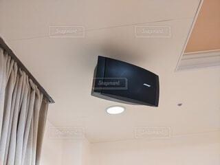 天井に取り付けられたスピーカーの写真・画像素材[4180921]