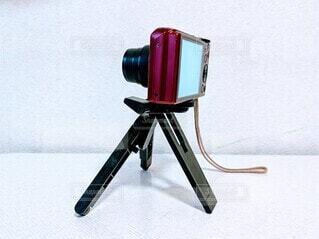 ミニ三脚に固定したデジカメの写真・画像素材[4236468]