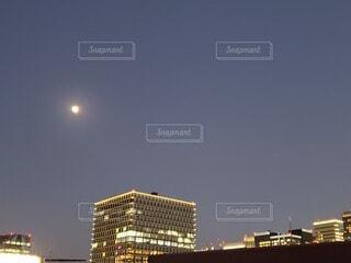 街に浮かぶ月の写真・画像素材[4069677]