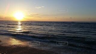 ビーチに沈む夕陽の写真・画像素材[4071240]