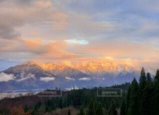 夕陽に燃える山並みの写真・画像素材[4075883]