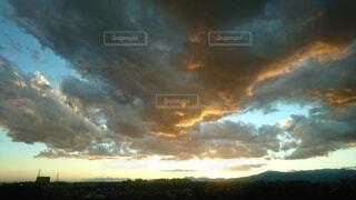 嵐の後の夕暮れの写真・画像素材[4077789]