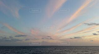 空を走る茜雲の写真・画像素材[4080274]