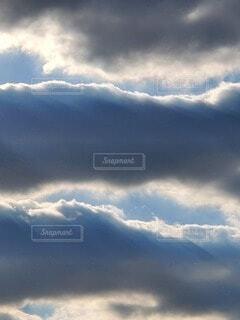 帯状の雲が連なる空の写真・画像素材[4102792]