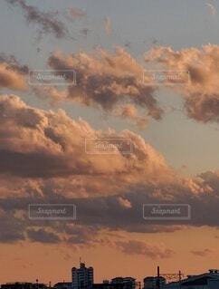 夕暮れに染まる空を支配する雲の写真・画像素材[4107087]