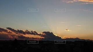 落ち行く太陽を阻む雲の写真・画像素材[4107142]