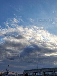 藍色と金色の曇が覆う空の写真・画像素材[4314742]