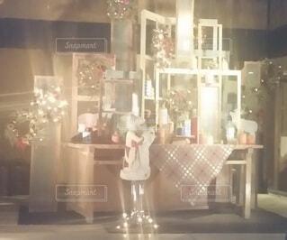温かな光に包まれたクリスマスディスプレイの写真・画像素材[4383653]