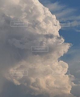 空を進撃するが如く沸き立つ積乱雲の写真・画像素材[4408300]