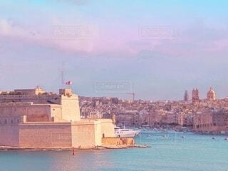 薄紫色の水面に浮かぶ旧市街の写真・画像素材[4198885]