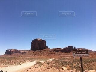 山の側の看板の写真・画像素材[4070484]