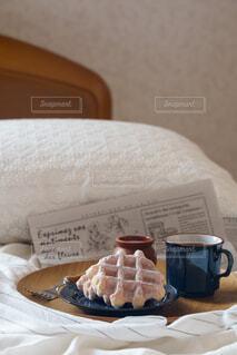 ベッドの上に座っているケーキの写真・画像素材[4078876]