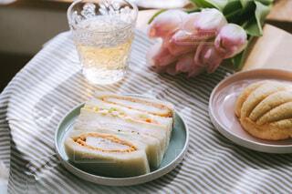 テーブルの上のサンドイッチとメロンパンの写真・画像素材[4241173]