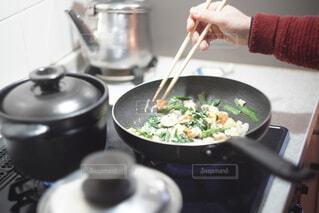 台所で料理をする人の写真・画像素材[4277322]