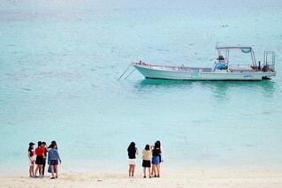 浅瀬に浮かぶ船の写真・画像素材[4277328]
