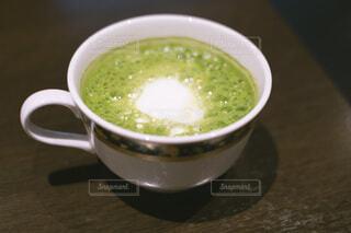 カップに入ったホット抹茶ラテの写真・画像素材[4277333]