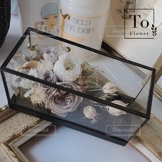 ガラスケースの花アレンジメントの写真・画像素材[4086192]