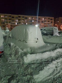 雪に覆われた車の写真・画像素材[4203308]