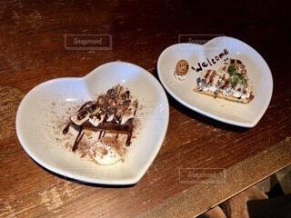 ハート型のお皿でカップルケーキの写真・画像素材[4200687]