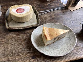 チーズケーキと苺のロールケーキの写真・画像素材[4310782]