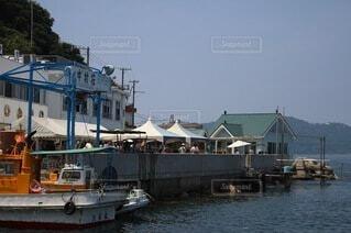 小船の止まる小島の港の写真の写真・画像素材[4074907]