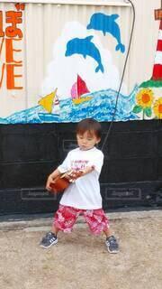 ギターを持ってる少年の写真・画像素材[4554785]