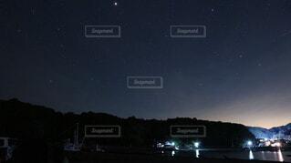 夜を見上げる空の景色の写真・画像素材[4080998]