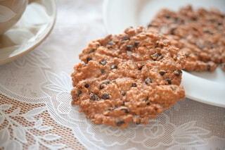 白い皿からこぼれ落ちるチョコチップクッキーの写真・画像素材[4206011]