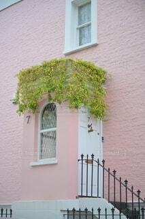 ピンク色の壁紙と白いドアの家の写真・画像素材[4213796]