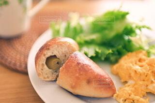 皿の上のパンと卵焼きのある朝ごはんの写真・画像素材[4255735]