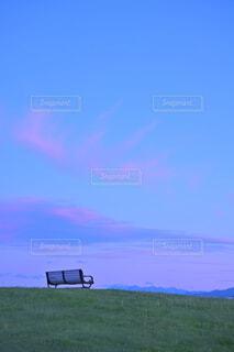 マジックアワーの空とベンチの写真・画像素材[4531981]