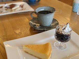 おしゃれカフェでコーヒーとデザートタイムの写真・画像素材[4083409]