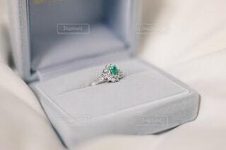 エメラルドの指輪のアップの写真・画像素材[4083870]