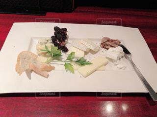 食べ物の皿をテーブルの上に置くの写真・画像素材[4091795]