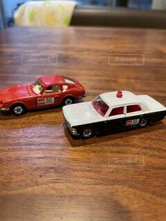 木製のテーブルの上の車のおもちゃの写真・画像素材[4089174]